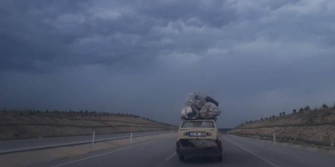 Uşak-Kütahya yolunda tehlike saçan araç