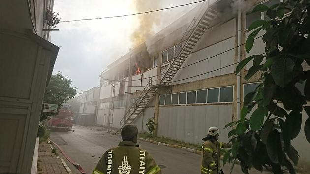 Pendik Kurtköy'de köpük imalatı yapan fabrikada yangın!