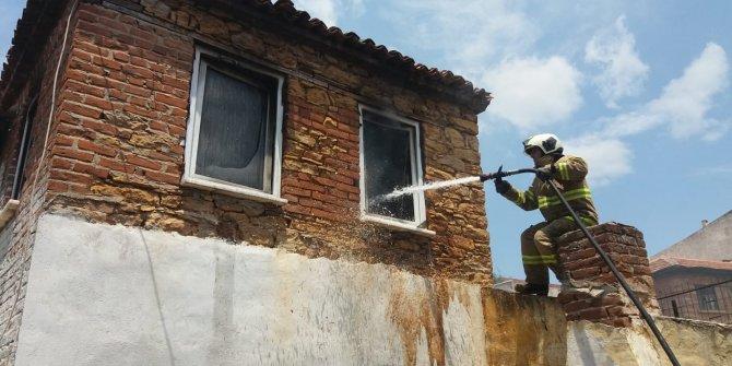 Burhaniye'deki yangında bir ev zarar gördü