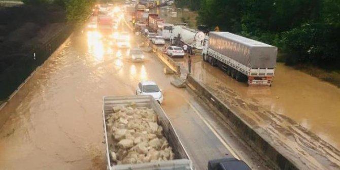 Geyve'de yoğun sağanak yağışta araçlar mahsur kaldı (2)