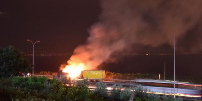Kocaeli TEM'de plastik boru yüklü tır alev alev yandı