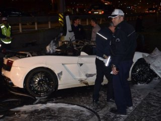 Bayan sürücü lüks otomobilde yanarak can verdi
