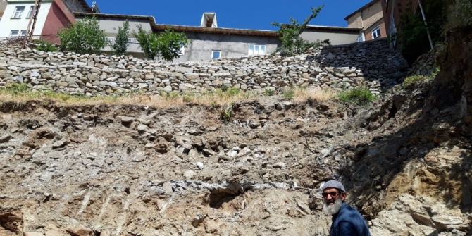 Mahalle sakinleri yıkılan istinat duvarının yapılmasını istiyor