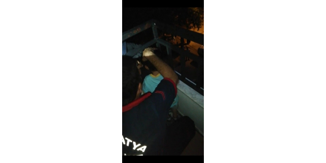 Balkon demirine sıkışan çocuğu itfaiye kurtardı