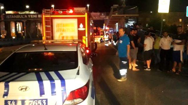 Otomobil metrobüs durağına daldı: 6 kişi yaralandı