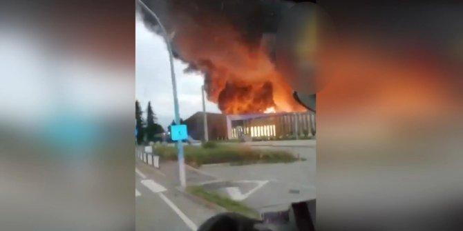 İtalya'da atık imha deposunda büyük yangın