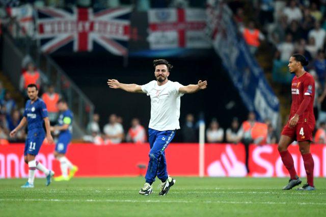 Liverpool Chelsea maçında sahaya giren taraftar YouTuber çıktı! Ali Abdüsselam Yılmaz kimdir?