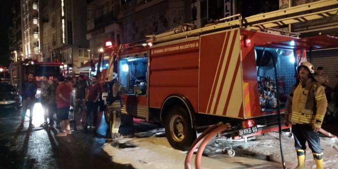 Aksaray'daki bir tekstil hanında çıkan yangın paniğe sebep oldu