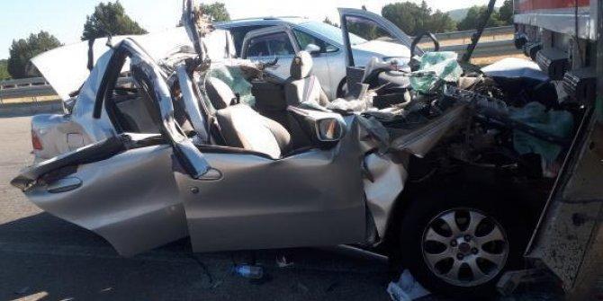 Otomobil, TIR'a çarptı: 2 ölü, 4 yaralı