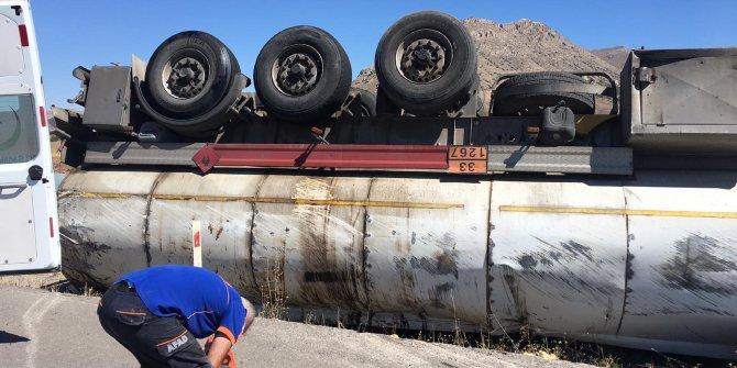 Sivas'ta boş yakıt tankeri devrildi, sürücü yaralandı