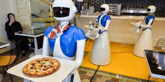 Ataşehir'de robot garsonlara yoğun ilgi