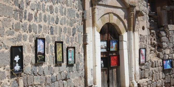 Köy sokağında uluslararası sergi açtı