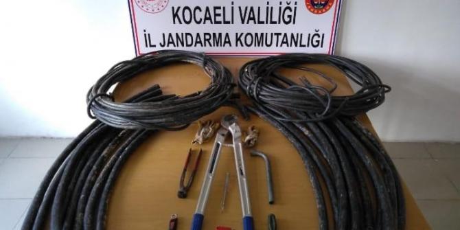 Otoyol ve iş yerlerinden çaldıkları kabloları satanlar suçüstü yakalandı