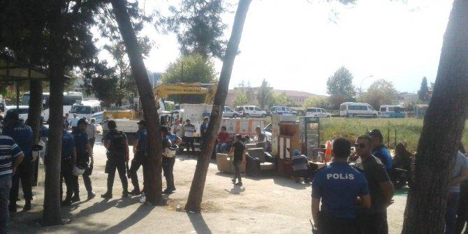 Belediye ekipleri ile minibüs şoförlerinin durak yıkım kavgası