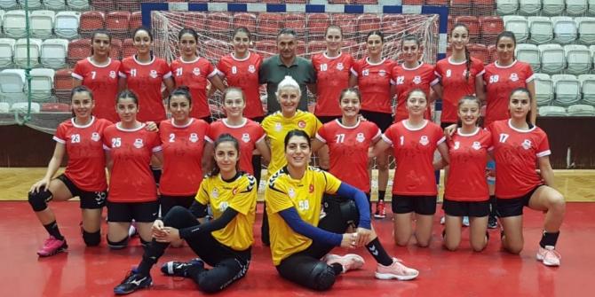 Muratpaşa Kadın Hentbol Takımı İzmir'den kupayla döndü