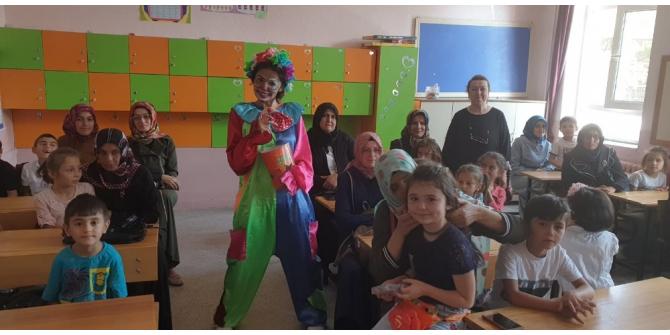 Minik öğrencileri palyaço kılığındaki öğretmen karşıladı