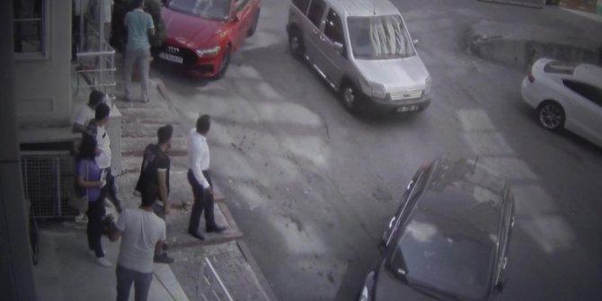 Sultangazi'de park halindeyken kaymaya başlayan araç 7 araca çarptı; o anlar kamerada