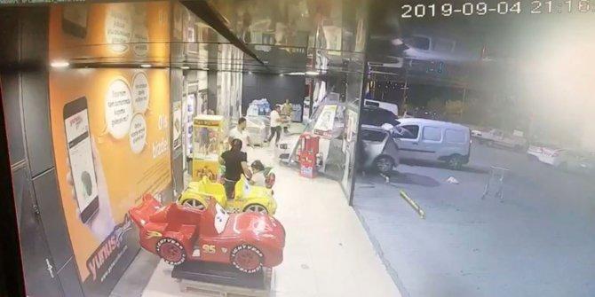 3 yaşındaki çocuğun anahtarını çevirdiği otomobil markete daldı