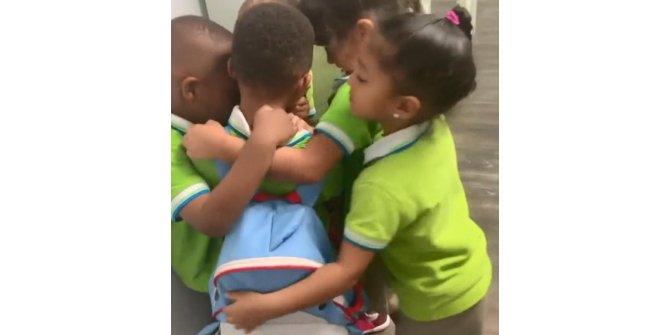 Dorian Kasırgası'ndan kurtulan çocuğa okulda sıcak karşılama