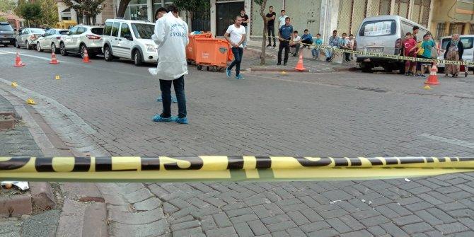 Zeytinburnu'nda silahlı kavgada yoldan geçen 2 kişi yarlandı