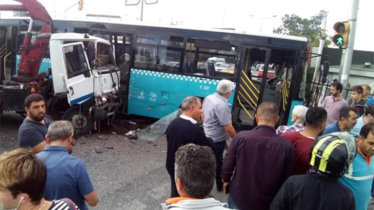 Ümraniye'de kamyon, halk otobüsüne çarptı! Çok sayıda yaralı var