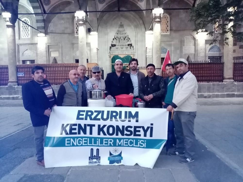 Erzurum Kent Konseyi Engelliler Meclisi Aşure dağıttı