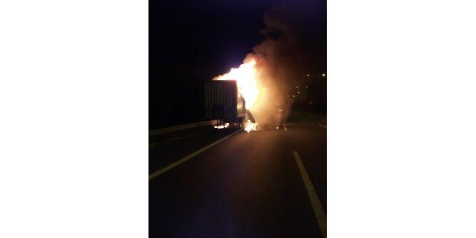 Kuzey Marmara Otoyolu'nda TIR'ın dorsesi alev alev yandı(1)