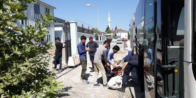 Düzce'de iki otobüste 100 Afgan kaçak göçmen yakalandı