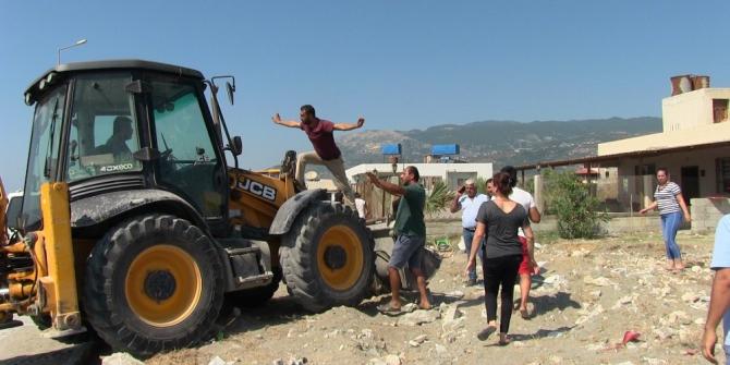 Samandağ'da kaçak yapıların yıkımında arbede