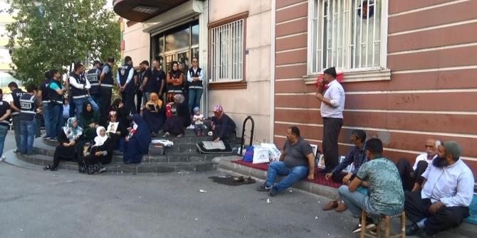 Savaş uçakları kalkış yaptı, Diyarbakır'da aileler HDP'ye tepki gösterdi