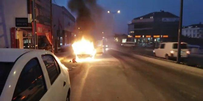 Arnavutköy'de alev alev yanan servis minibüsü kamerada