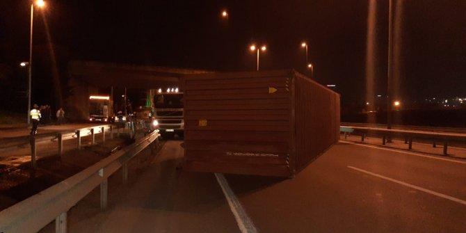 Bariyerlere çarpan TIR'ın üzerindeki konteyner devrildi: Sürücü yaralandı