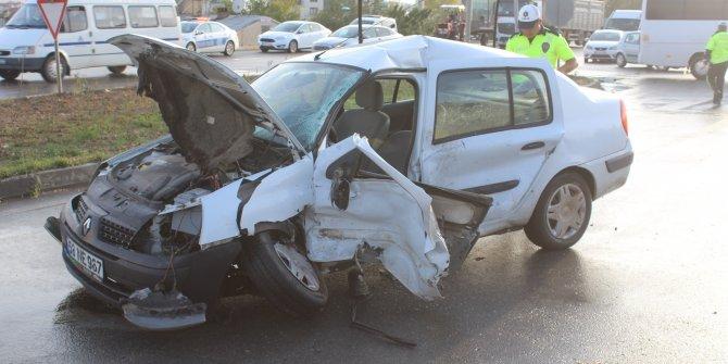 Sivas'ta kamyonet ile otomobil çarpıştı: 4 yaralı