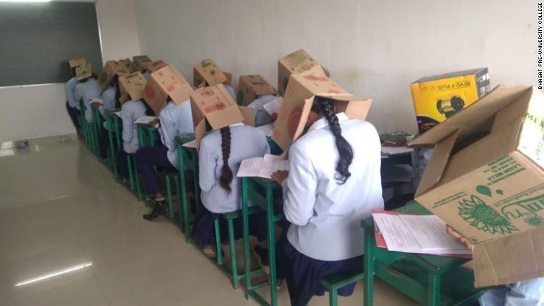 Sınavda kopya çekmesinler diye öğrencilerin kafalarına kutu taktılar