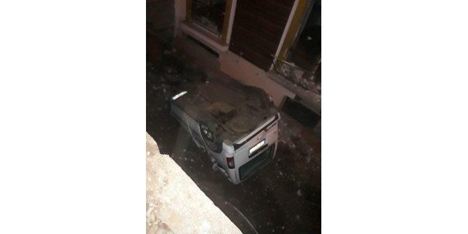 Hafif ticari araçapartman boşluğuna düştü: 2 yaralı