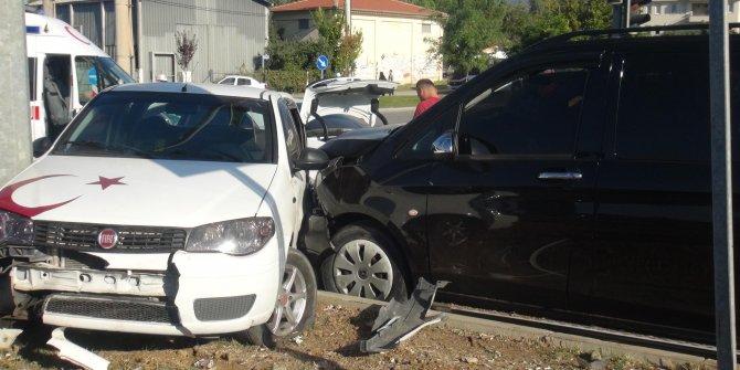 Şoförü uyuyan minibüs 4 otomobile çarptı: 1 yaralı