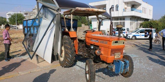 Çocukların oynadığı traktör, durağa girdi: 1 çocuk yaralı