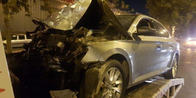 Otomobil, park halindeki TIR'a çarptı: 4 yaralı