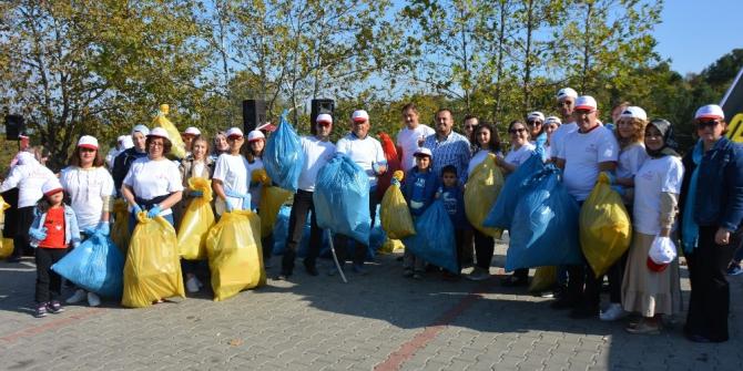 Sağlık çalışanları çöp topladı
