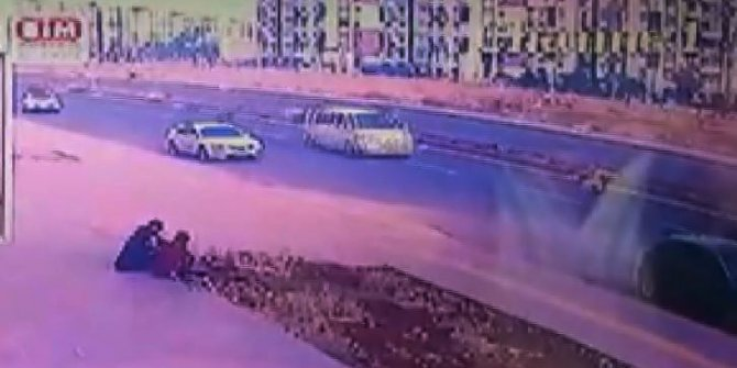 Yola fırlayan minik Aslı'ya minibüsün çarptığı kaza kamerada