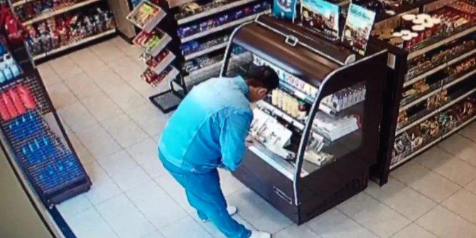 Akaryakıt istasyonunun marketindeki hırsızlık anı kamera