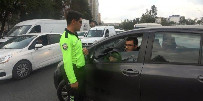 Trafik polislerine ve girilmez tabelasına rağmen ters yöne girdiler...