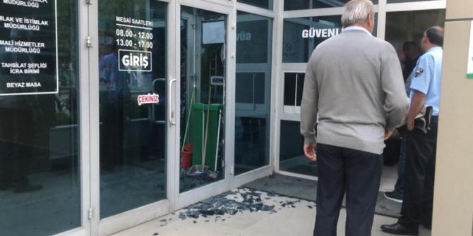 Belediyenin camını kırdı, güvenlikçiyi darp edip kaçtı