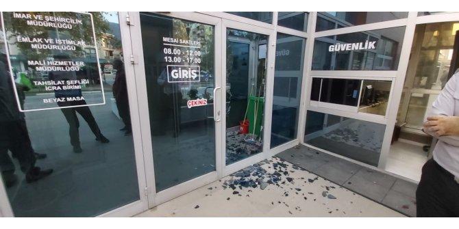 Gemlik Belediyesi İmar Bölümü'ne gelen madde bağımlısı, cam kapıyı kırdı