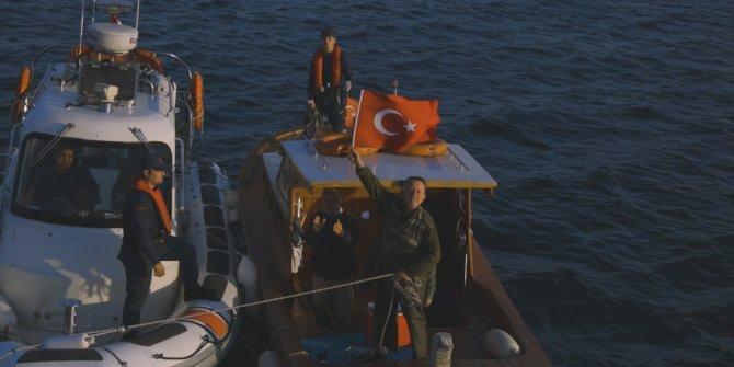 İstanbul Valiliği boğazdan geçen tüm gemilere bayrak dağıtıyor