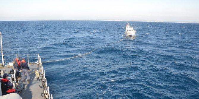 Arıza nedeniyle sürüklenen tekne limana çekildi