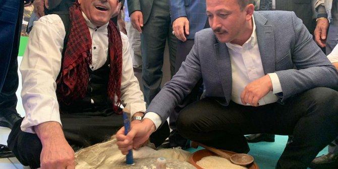 AK Partili Dağ, taş değirmende buğday öğüttü