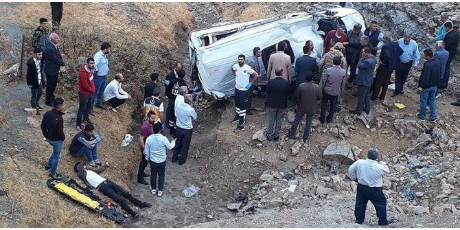 Batman'da işçileri taşıyan minibüs devrildi: 1 ölü, 10 yaralı