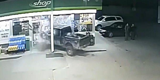 Aracının yeni lastiklerini denemek isterken markete daldı
