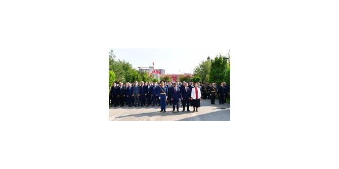 Diyarbakır'da Atatürk Anıtı'na çelenk konuldu
